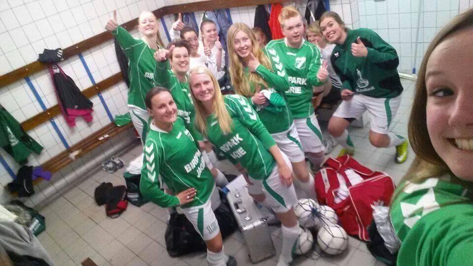 De vrouwen van Gieterveen vieren hun overwinning op VKW.