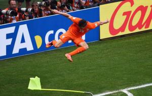 Klaas Jan Huntelaar zet een zware tackel in op de cornervlag nadat hij de penalty binnen schoot.