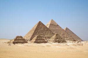 Pyramiden van Gizah, waren er al bijna 2000 jaar, toen onze veenlijk beboren werd. (foto: wikipedia)
