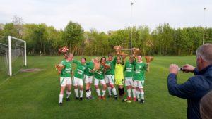 Het kampioensteam! Van links naar rechts: Laura Oosting, Dorien Ketelaar, Rianne Bakker, Jose Ketelaar, Marjolein Popken, Emma Myers, Bernadette Horstman, Monique Klok.