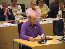 Dorpsbelangen voorzitter John Tomassen tijdens de raadsvergadering.